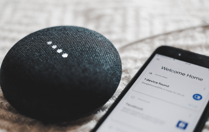 Voice navigation: mobile phone and speaker